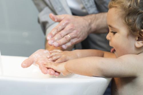 Far og baby vasker hænder